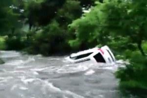 SUV παρασύρεται από τα ορμητικά νερά στο Τέξας