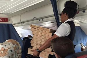 Πιλότος παρήγγειλε πίτσα για να... παρηγορήσει τους επιβάτες!