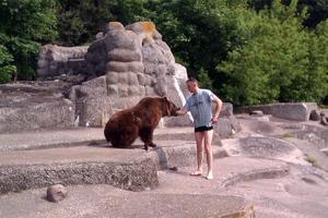 Σκαρφάλωσε και μπήκε στο κλουβί μιας αρκούδας