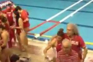 Πολίστρια έριξε τον Τσουκαλά στην πισίνα!