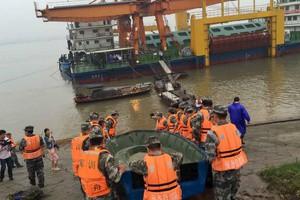 Μάχη με τον χρόνο δίνουν τα συνεργεία διάσωσης για το ναυάγιο στην Κίνα