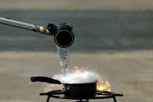Τι συμβαίνει ότι πέφτει νερό σε μια φωτιά από λάδι