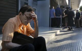 Λιποθύμησαν περιμένοντας στην ουρά των ΑΤΜ στα Χανιά