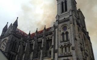 Στις φλόγες ναός του 19ου αιώνα στη Γαλλία