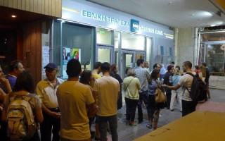 Ουρές στα ATM μετά την ανακοίνωση των capital controls