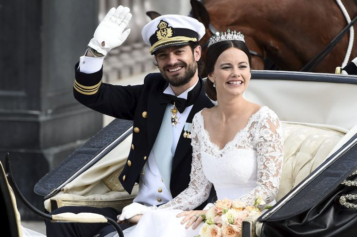 Swedish Prince Carl Philip and Sofia Hellqvist smile in the carriage during their wedding in the Royal Chapel in Stockholm, Sweden, June 13, 2015. REUTERS/Mikael Fritzon/TT News Agency ATTENTION EDITORS - THIS IMAGE WAS PROVIDED BY A THIRD PARTY. THIS PICTURE IS DISTRIBUTED EXACTLY AS RECEIVED BY REUTERS, AS A SERVICE TO CLIENTS. SWEDEN OUT. NO COMMERCIAL OR EDITORIAL SALES IN SWEDEN.