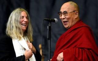 Ο Δαλάι Λάμα ανέβηκε στη σκηνή του Glastonbury