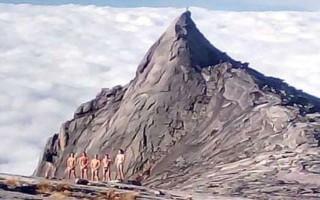 Απελαύνονται από την Μαλαισία οι τουρίστες που πόζαραν γυμνοί πάνω σε ένα «ιερό» βουνό