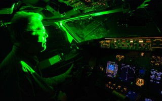 Τι βλέπουν οι πιλότοι όταν τους ρίχνουν λέιζερ