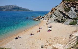 Σαράντα πέντε και… μία παραλίες της Αττικής