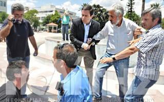 Επεισόδιο μεταξύ Μηταράκη και διαδηλωτών στη Χίο