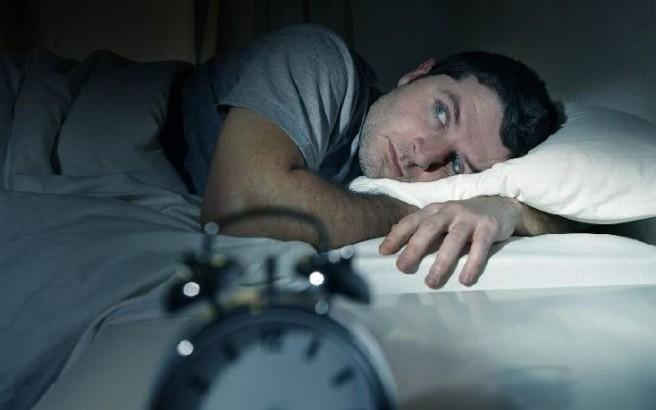 Τρεις λόγοι για τους οποίους ιδρώνετε πολύ το βράδυ