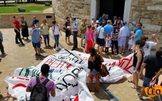 Η νεολαία του ΣΥΡΙΖΑ επιχειρεί να κρεμάσει πανό στον Λευκό Πύργο