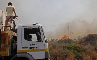 Σε τουλάχιστον τρία μέτωπα μαίνεται η φωτιά στη Νεάπολη Λακωνίας