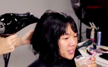 Κόρες φτιάχνουν τα μαλλιά όπως θέλουν οι μανάδες τους