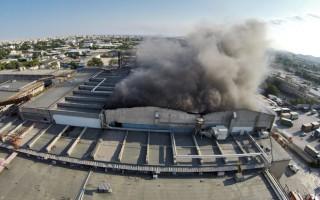 Υπό μερικό έλεγχο η πυρκαγιά σε εργοστάσιο στο Βοτανικό