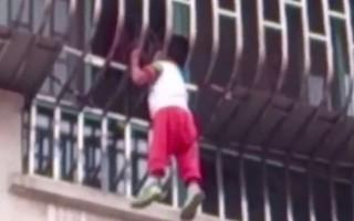 Αγόρι βρέθηκε να κρέμεται από το κεφάλι του σε διαμέρισμα 3ου ορόφου