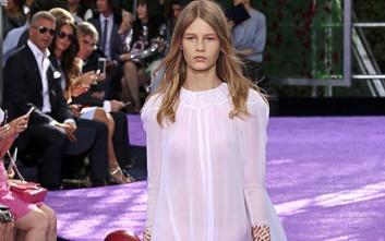Σάλος με 14χρονο μοντέλο που έκανε πασαρέλα με διάφανο φόρεμα