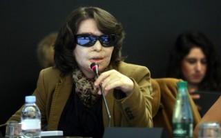 Τι απαντά η Κούνεβα στις αντιδράσεις για τα χρήματα στο εξωτερικό