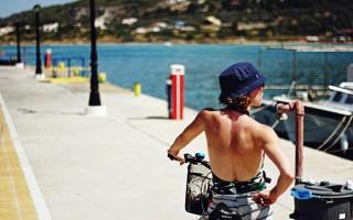 Πώς είναι να είσαι διακοπές σε ένα ελληνικό νησί με το μοναδικό ATM άδειο