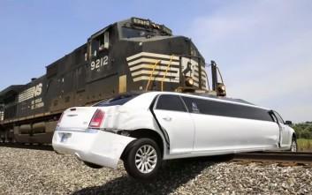 Τρένο «εμβολίζει» λιμουζίνα