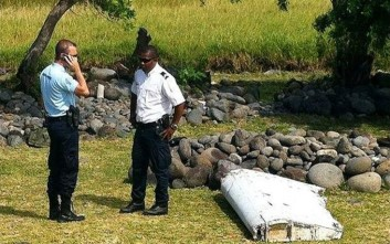 Οι γαλλικές αρχές εξετάζουν το τμήμα αεροπλάνου στο Ρεϊνιόν