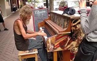 Ο άστεγος πιανίστας που έγινε σταρ του διαδικτύου