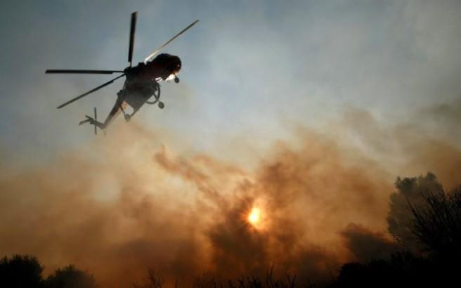 Μάχη με τις φλόγες δίνουν πυροσβέστες στην Άνδρο