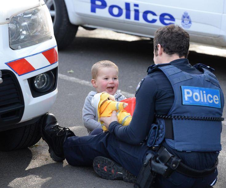 diaforetiko.gr : police3 Αστυνομικός παίζει με τρίχρονο αγοράκι ενώ προσπαθούν να απεγκλωβίσουν τη μαμά του