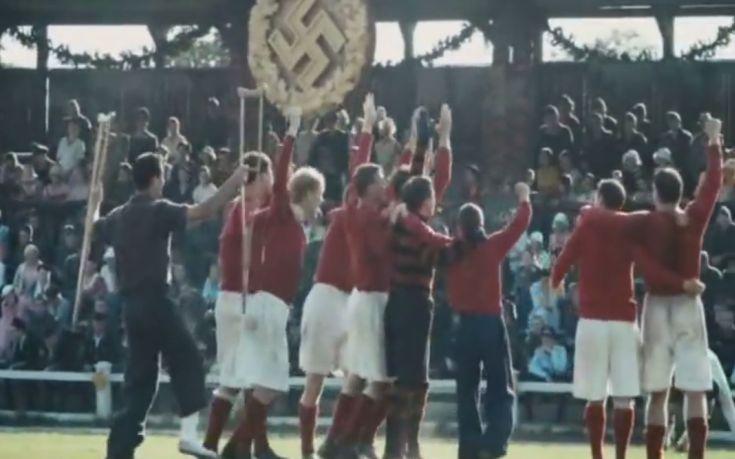 Το παιχνίδι έχει τελειώσει και οι νικητές πανηγυρίζουν (σκηνή από την ουκρανική ταινία)