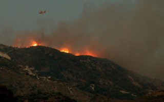 Μαίνεται η φωτιά στο Ακόντιο Βοιωτίας