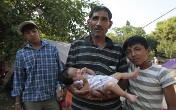 Συγκέντρωση μεταναστών έξω από τη δομή του Ελαιώνα