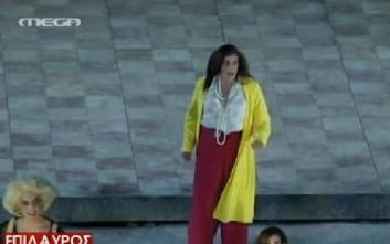 Με ντύσιμο της Κωνσταντοπούλου εμφανίστηκε ο Μπέζος στις «Εκκλησιάζουσες»