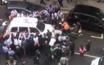 Περαστικοί στο Λονδίνο σηκώνουν αυτοκίνητο για να σώσουν χτυπημένη γυναίκα