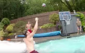 Κάρφωμα στην πισίνα με απόλυτη υπερπαραγωγή!