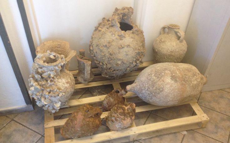 Αρχαίοι αμφορείς ανασύρθηκαν από μηχανότρατα στη Λέσβο