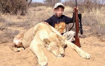 Παιδιά –κυνηγοί ποζάρουν δίπλα σε νεκρά άγρια ζώα
