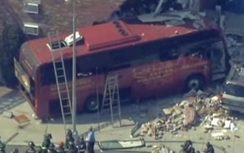 Λεωφορείο «καρφώθηκε» σε κτήριο στη Νέα Υόρκη