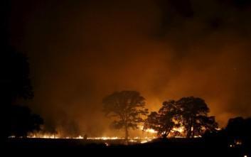 Μαίνονται ανεξέλεγκτες δεκάδες πυρκαγιές στην Καλιφόρνια