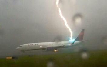 Κεραυνός χτυπά αεροσκάφος στο αεροδρόμιο