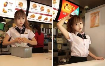 Κάνουν ουρές στα McDonald's της Ταϊβάν για τη σέξι ταμία