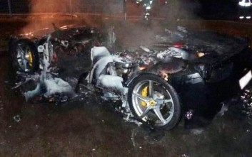 Πλουσιόπαιδο έκαψε τη Ferrari του για να πάρει καινούργια