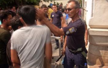 Αστυνομικός που χαστούκισε μετανάστη: Εγώ τον «χάιδεψα»