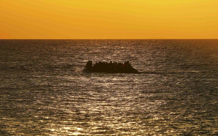 "A dinghy overcrowded with Syrian refugees approaches a beach on the Greek island of Kos after crossing a part of the Aegean sea from Turkey to Greece, August 13, 2015. The United Nations refugee agency (UNHCR) called on Greece to take control of the ""total chaos"" on Mediterranean islands, where thousands of migrants have landed. About 124,000 have arrived this year by sea, many via Turkey, according to Vincent Cochetel, UNHCR director for Europe.  REUTERS/Yannis Behrakis"