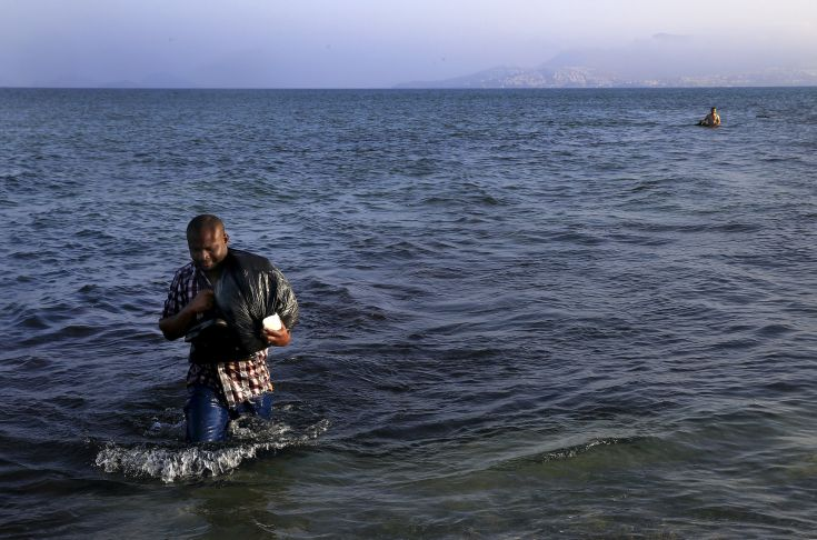 A migrant from Mali walks ashore on the Greek island of Kos after crossing a part of the Aegean Sea between Turkey and Greece, August 8, 2015.   The U.N refugee agency, UNHCR, estimates that Greece has received more than 107,000 refugees and migrants this year, more than double its 43,500 intake of 2014. REUTERS/Yannis Behrakis       TPX IMAGES OF THE DAY