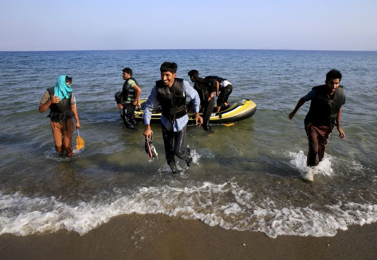 Afghan migrants arrive on the Greek island of Kos after paddling across a part of the Aegean Sea between Turkey and Greece on, August 8, 2015. The U.N refugee agency, UNHCR, estimates that Greece has received more than 107,000 refugees and migrants this year, more than double its 43,500 intake of 2014. REUTERS/ Yannis Behrakis