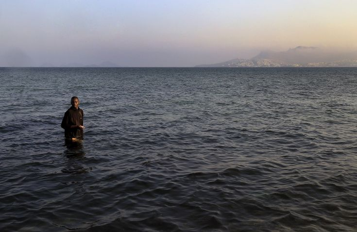 A migrant from Mali walks ashore on the Greek island of Kos after he and seven others paddled across a part of the Aegean Sea between Turkey and Greece on, August 8, 2015. The U.N refugee agency, UNHCR, estimates that Greece has received more than 107,000 refugees and migrants this year, more than double its 43,500 intake of 2014. REUTERS/ Yannis Behrakis