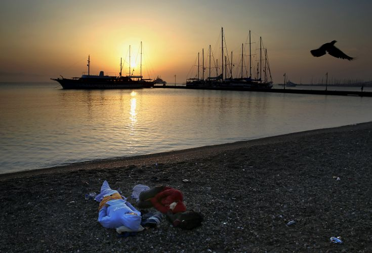 Syrian refugees sleep at a beach near the port on the Greek island of Kos after crossing a part of the Aegean Sea between Turkey and Greece on a dinghy, August 8, 2015.  The U.N refugee agency, UNHCR, estimates that Greece has received more than 107,000 refugees and migrants this year, more than double its 43,500 intake of 2014. REUTERS/ Yannis Behrakis