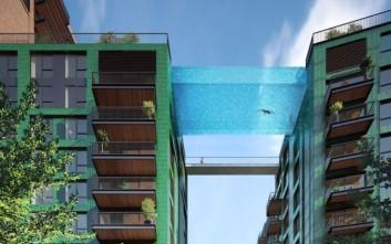 Η πισίνα που «αιωρείται» σε ύψος 35 μέτρων