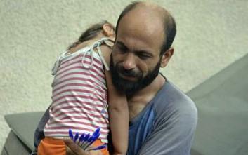 Σύρος πρόσφυγας πουλούσε στυλό με τη κόρη του και βρέθηκε με χιλιάδες δολάρια